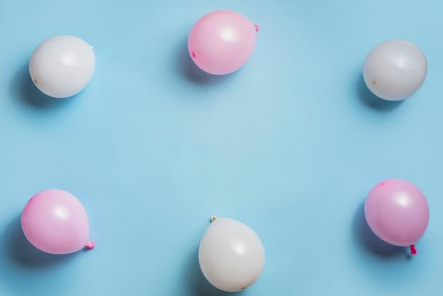 Widok z góry balony w pastelowych kolorach