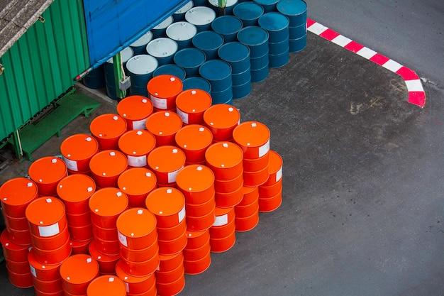 Widok z góry beczki na ropę żółte lub beczki chemiczne pionowo ułożone w górę