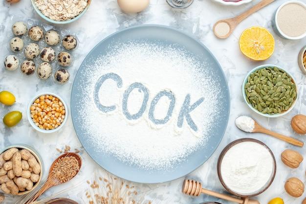 Widok z góry biała mąka wewnątrz talerza z orzechami galaretka nasiona i jajka na lekkim cieście ciasto orzechowe jedzenie ciasto herbatniki kucharz zdjęcie kolor pieczenie