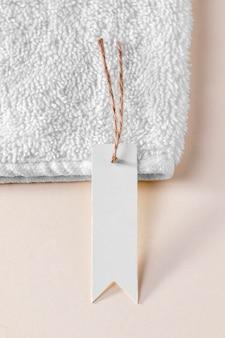 Widok z góry biała pusta etykieta na biały ręcznik