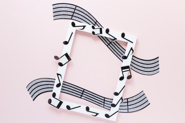 Widok z góry biała ramka z motywem muzycznym