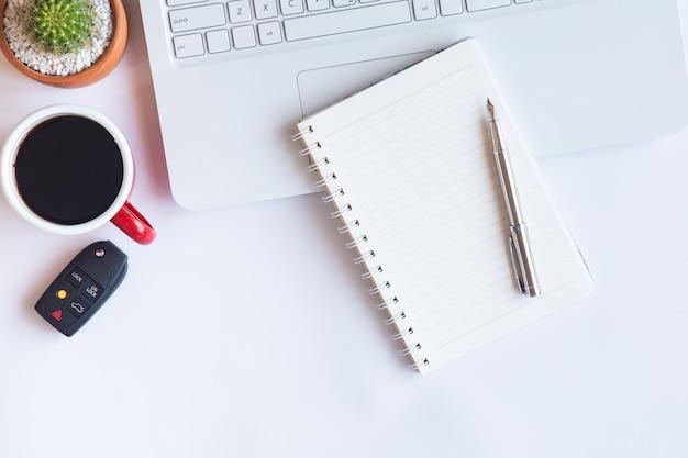 Widok z góry białe biurko z biurkiem do kopiowania tekstu na płasko.