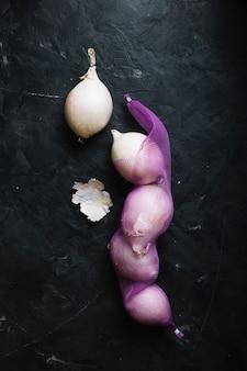 Widok z góry białe cebule na siatce warzyw