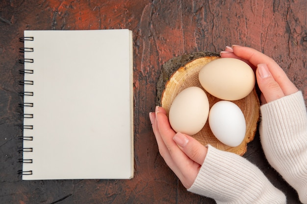 Widok z góry białe jaja kurze na ciemnym stole posiłek kolor zwierząt surowe jedzenie z farmy śniadanie
