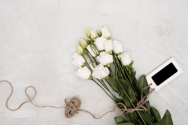 Widok z góry białe róże z etykietą
