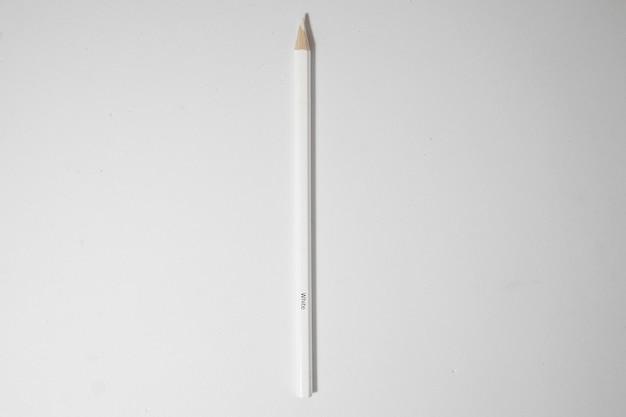 Widok z góry białego drewnianego ołówka na białym tle
