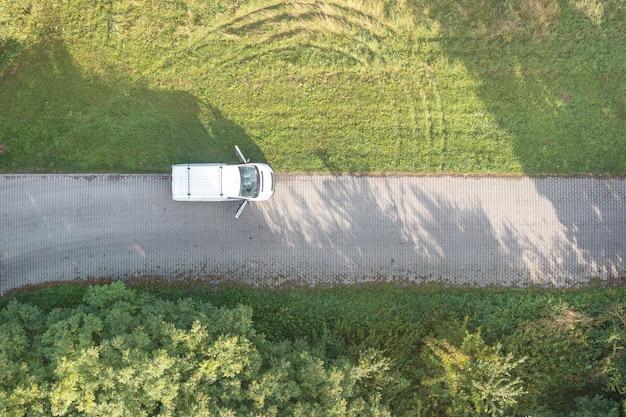 Widok z góry białego samochodu na drodze
