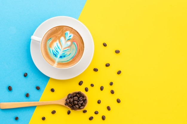 Widok z góry biały kubek gorącej kawy latte art