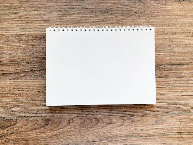 Widok z góry biały notatnik na drewnianym stole
