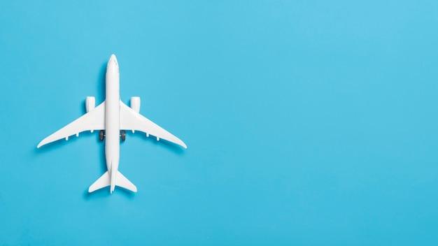 Widok z góry biały samolot z miejsca na kopię