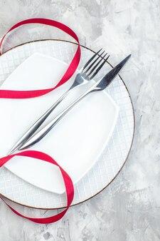 Widok z góry biały talerz z widelcem i nożem na jasnej powierzchni kuchnia panie jedzenie kobiecość szklany posiłek kolor