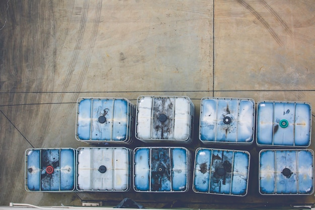 Widok z góry biały zbiornik metanolu lub beczki chemiczne ułożone w przemyśle.