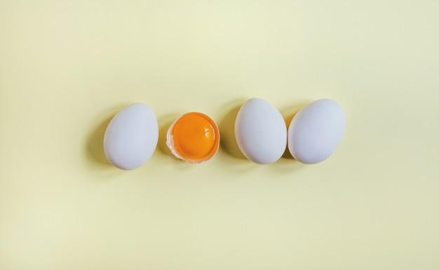 Widok z góry białych jaj w rzędzie