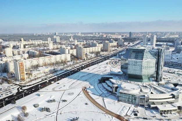 Widok z góry biblioteki narodowej w mińsku zimą.