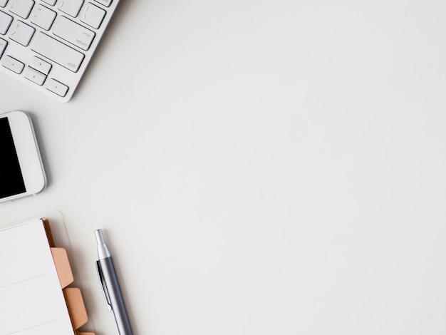 Widok z góry biurka workspace notatnik, plastikowa roślina, tablet graficzny na białym tle z miejsca kopiowania, grafik, koncepcja kreatywnego projektanta.