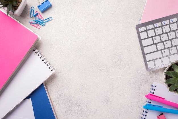 Widok z góry biurka z notatnikami i sukulentami