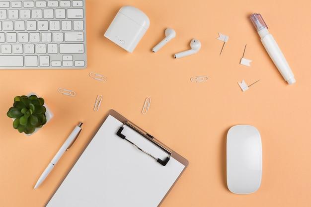Widok z góry biurka z notatnikiem i słuchawkami