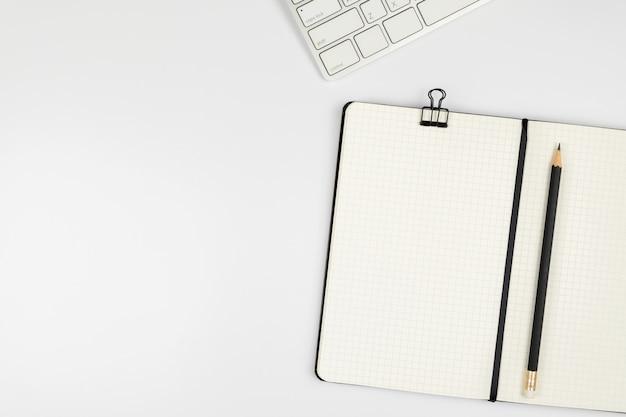 Widok z góry biurka z notebooka i ołówek