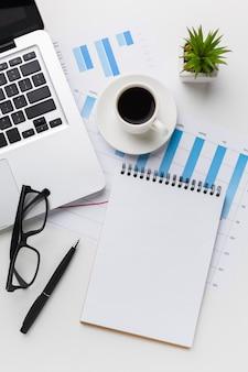 Widok z góry biurka z notebookiem i laptopem