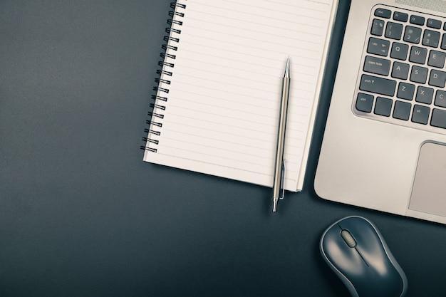 Widok z góry biurka z notesu i laptopa