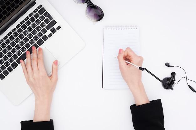 Widok z góry biurko koncepcja rękami kobiety