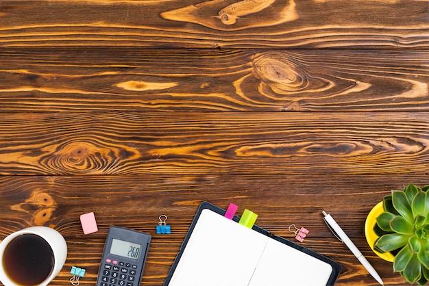 Widok z góry biurko koncepcja z drewnianym tle