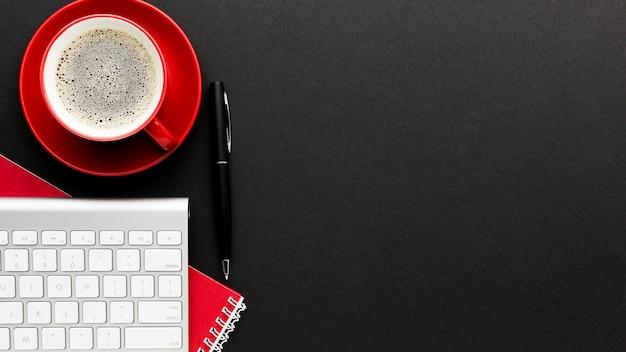 Widok z góry biurko koncepcja z kawą