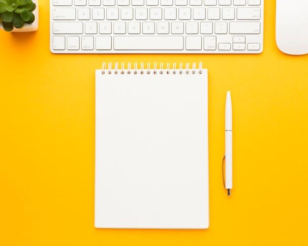Widok z góry biurko koncepcja z klawiaturą