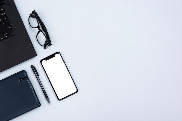 Widok z góry biurko koncepcja z makiety smartphone
