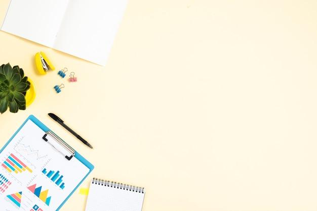 Widok z góry biurko koncepcja z miejsca na kopię
