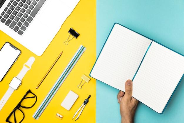Widok z góry biurko koncepcja z otwartego notatnika