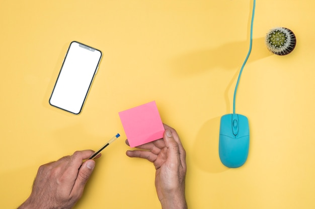 Widok z góry biurko koncepcja z smartphone makieta