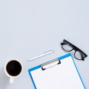 Widok z góry biurko koncepcja z szarym tłem