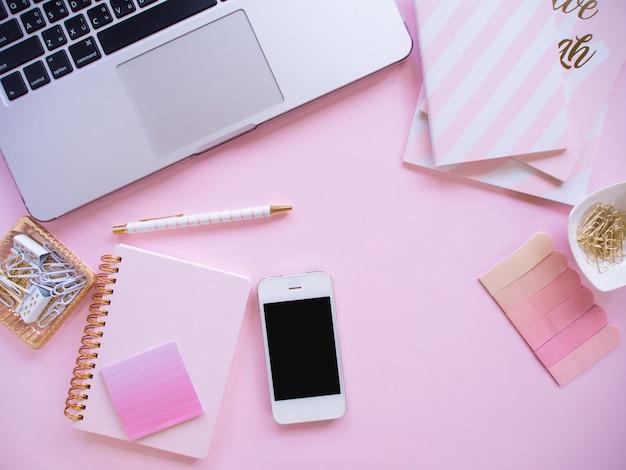 Widok z góry, biurko w kolorze różowym.