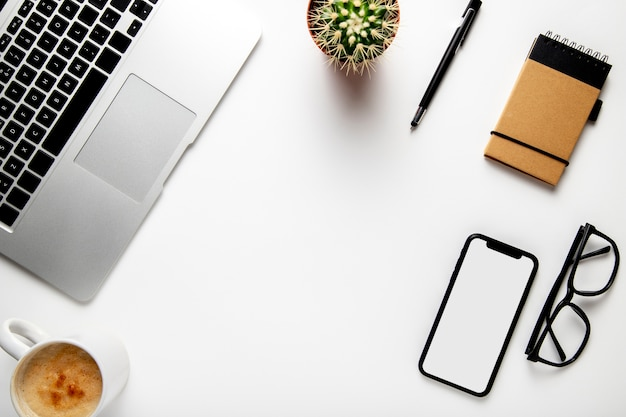 Widok z góry biurko z laptopem i rośliną