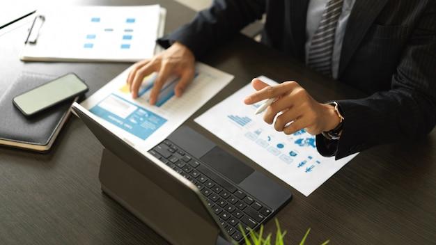Widok z góry biznesmen pracy papierkowej i tabletu na biurku