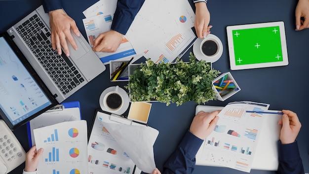 Widok z góry bizneswoman patrzącej na makiety tabletu chroma key z zielonym ekranem