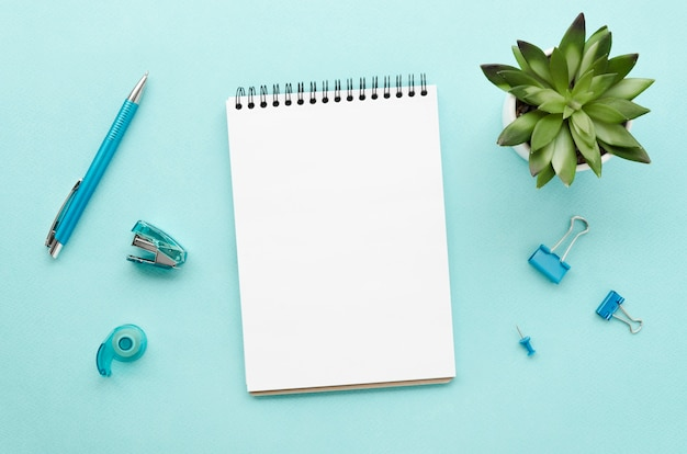Widok z góry blatu biurka z notatnikiem i soczystością