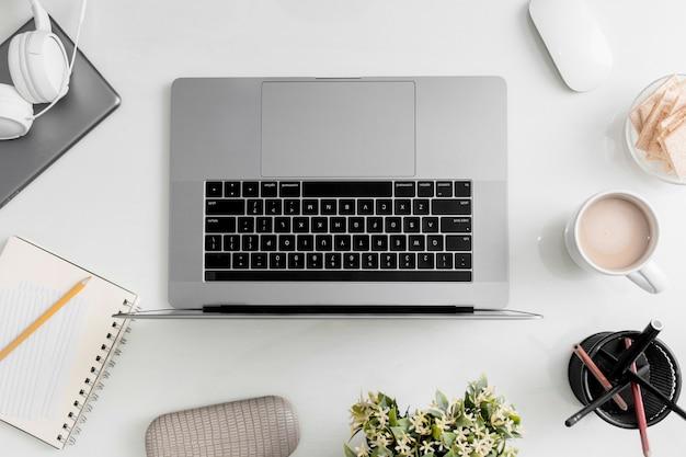 Widok z góry blatu z laptopem i słuchawkami