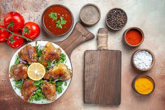 Widok z góry bliska kurczak pomidory kurczak z cytryną zioła kolorowe przyprawy deska do krojenia