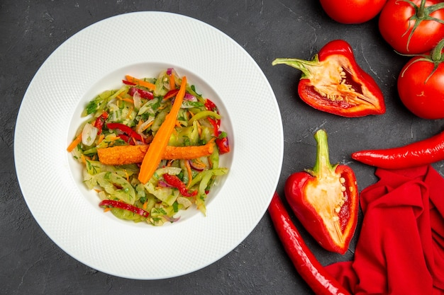Widok z góry bliska warzywa płyta sałatki ostra papryka papryka pomidory obrus