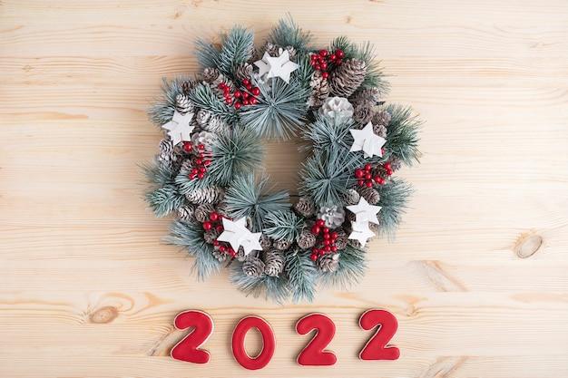 Widok z góry boże narodzenie wieniec i numer 2022. wesołych świąt bożego narodzenia tło.