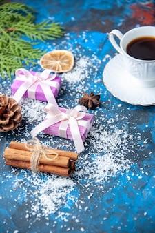Widok z góry bożonarodzeniowe prezenty gałęzie jodły szyszki anyże na niebieskiej powierzchni