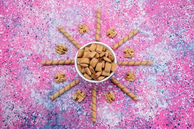 Widok z góry brązowe ciasteczka na kolorowym tle cracker ostry słodki kolor