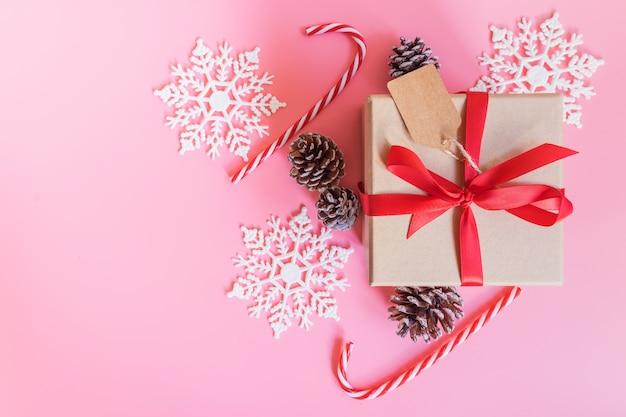 Widok z góry brązowe pudełko i świąteczne dekoracje na nowy rok na różowym pastelowym kolorze.