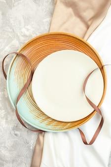Widok z góry brązowy talerz z białą płytą na jasnej powierzchni szklana kuchnia poziomy kolor damski posiłek