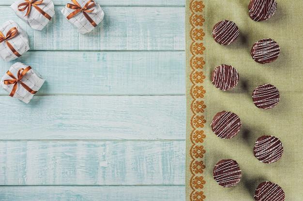 Widok z góry brazylijskiej domowej roboty czekoladowe ciasteczka miodowe pokryte na drewnianym tle z miejsca na kopię - pao de mel