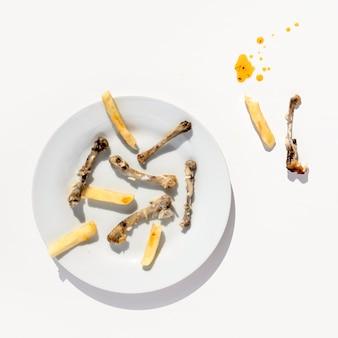 Widok z góry brudny talerz z resztkami jedzenia