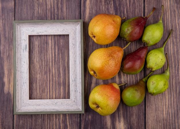 Widok z góry brzoskwiń i ramki na powierzchni drewnianych
