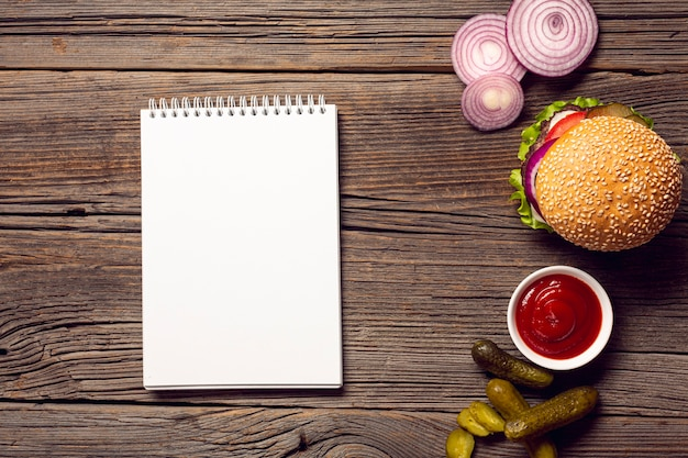 Widok z góry buger z makietą notatnika